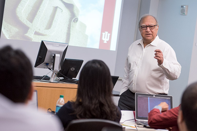 Ash Soni, Executive Associate Dean for Academic 程式 and Professor of Operations & Decision Technologies, teaching a class.